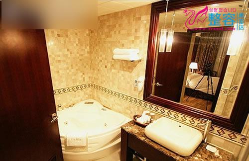 豪华套间由有一个小客厅和一间卧室组成
