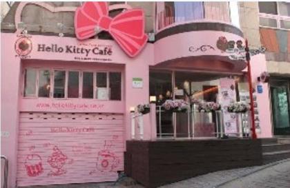 粉色系列装修风格,坐在这间暖色系的屋子里,拿着kitty图案的拿铁咖啡